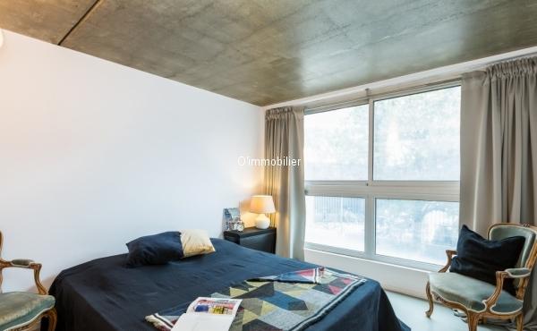 BAGNOLET - LES COUTURES/GALLIENI : UNIQUE. Ce loft de 160 m² de style LE COURBUSIER vous propose d'exceptionnels volumes à vivre, tout le confort moderne et un jardin extérieur de 60 m². Il a été conçu et réalisé par des architectes de renom et offre un escalier en crémaillère qui dessert deux niveaux supérieurs. Il se situe dans une résidence HAUT de GAMME de 2006.  De plain pied, une entrée vous amène à l'espace de vie qui se compose d'une cuisine ouverte aménagée et équipée, d'un espace salon avec une hauteur sous plafond de près de 6 m et une cheminée ANTEFOCUS numérotée. Une buanderie et des toilettes sont également présents à ce niveau.  Au 1er niveau, une mezzanine (extension possible de 20 m²) distribue deux belles chambres possédant une salle de bain pour l'une et une salle de douche pour l'autre, privatives. Un toilette se situe également à ce niveau.  Au 2ème niveau, la chambre parentale avec sa baignoire suspendue vous offre une vue dégagée et lumineuse sur le jardin entièrement planté (sans vis-à-vis).   Le chauffage au sol et le câblage (fibre, audio) intégré vous permettront d'optimiser ce magnifique volume.  Orienté OUEST, le loft est lumineux. Le jardin est baigné de soleil. Des filtres UV sur les fenêtres EST du loft vous en protègeront ainsi que des regards. Des stores électriques sont présents dans la chambre parentale et au niveau de la baie vitrée du salon.  Le loft est situé à proximité des transports en commun (bus, métro, tramway), d'axes routiers (A3, périphérique), de commerces, de la Mairie et du parc Jean-Moulin des Guilands. Vous êtes à 12 mn à pied de Paris. L'accès au Bois de Vincennes se fait aisément en voiture, en vélo ou en transports en commun.  Un emplacement de parking au sous-sol est vendu avec le bien.  chambre 1